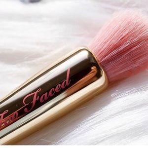 💎Too Faced Diamond Highlighting Brush Pretty Rich